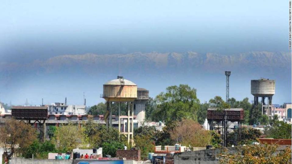 印度:人们可以看到喜马拉雅山脉的山峰,因